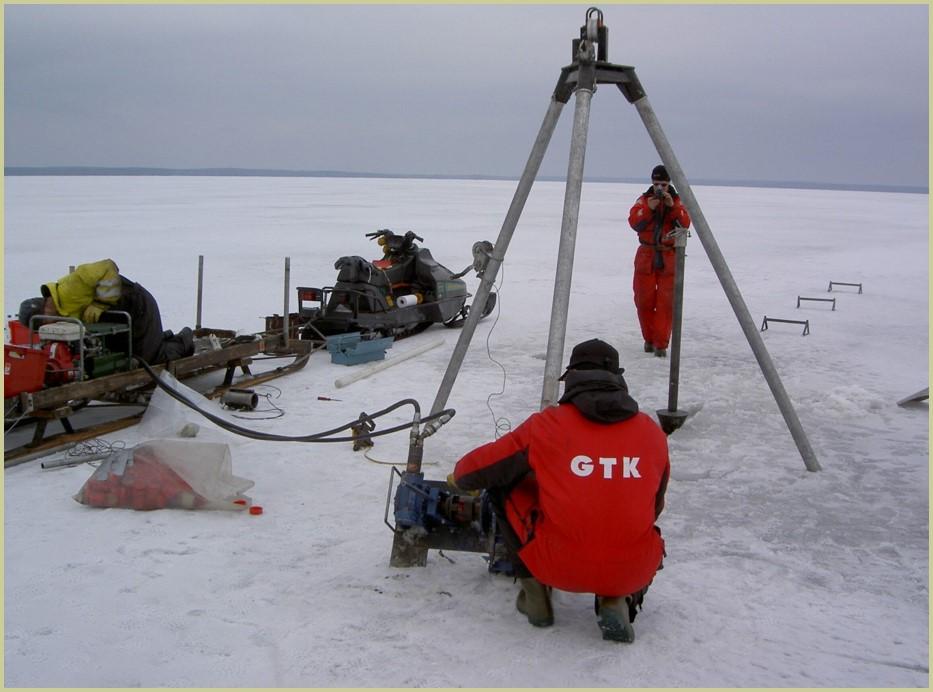 Paleolimnologisia tutkimuksia tehdään kairaamalla putkeen pohjasedimenttiä.